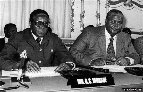 Mugabe i Nkomo signant els Acords de Lancaster, a Londres, el 1979