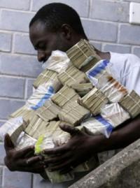 Un home transporta trilions de dòlars de Zimbàbue.