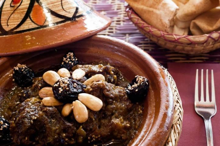 Tagín corder amb prunes confitades, ametlles i sèsam