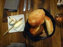 entrants: cistella de pans i mantegues
