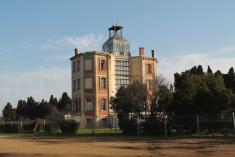 La casa que albergava la maternitat conserva encara la cúpula i dues ales