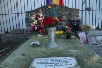 La tomba de Machado que ret homenatge al poeta