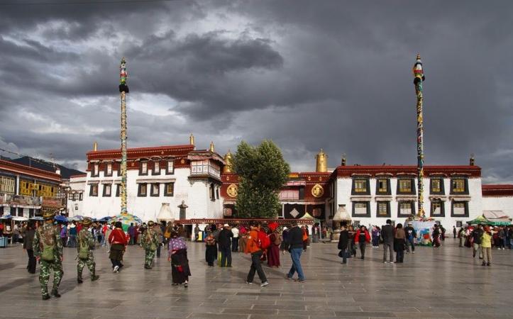 Davant el temple de Jokhang (Lhasa)