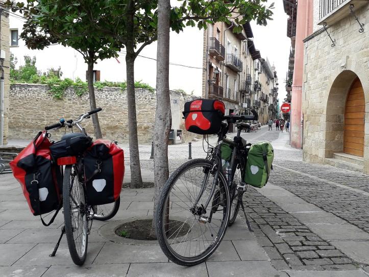 Equipatge carregat, és important repartir tot el pes amb alforges al davant i al darrera de la bicicleta